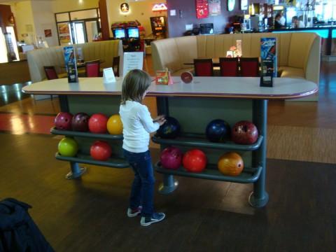 Племянница выбирает шар. Диваны классные видны вдали!