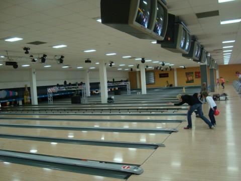 Просторный зал в немецком боулинг-клубе