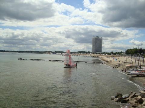 Вдали, где высокое пёстрое здание - пляж (Strand)