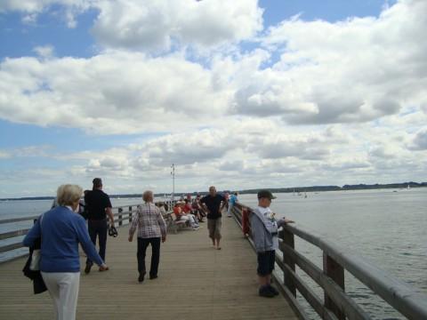 Балтийское Море. Длинный пешеходный мост.