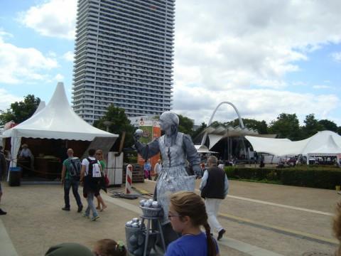 Живая статуя - уличная артистка