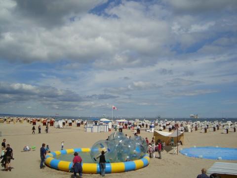 Балтийское море. Водные шары на пляже.