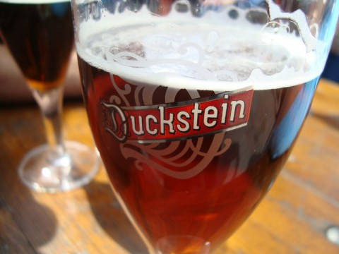Бокал немецкого бочкового тёмного пива