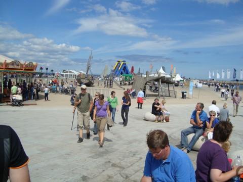 Народ тусуется на побережье Балтийского моря