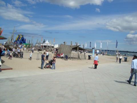 Вдали всякие разные аттракционы на пляже Ostsee