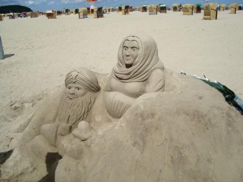 Скульптуры из песка на пляже Балтийского Моря