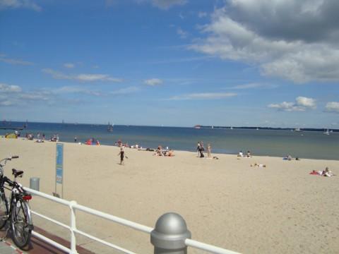 Вид с прогулочной дорожки на пляж и Балтийское море