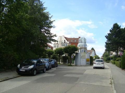 Машины и дом близ набережной Балтийского моря