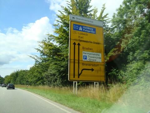 Дорожные таблицы, показывающие куда ехать