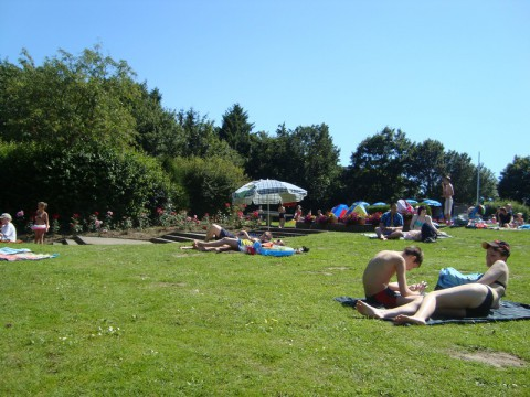 Люди отдыхают во Freibad Moisling