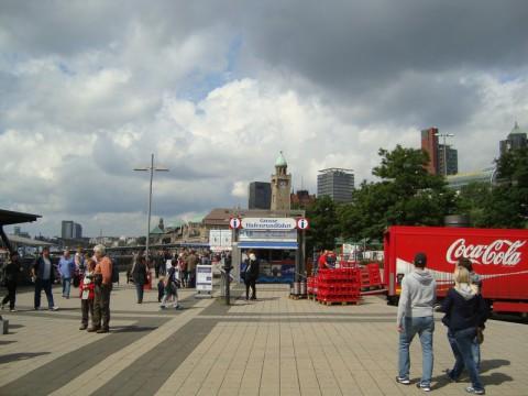 Люди на площади в порту Гамбурга
