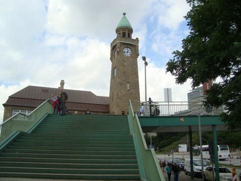 Красивая типа часовня и не менее красивая типа лестница