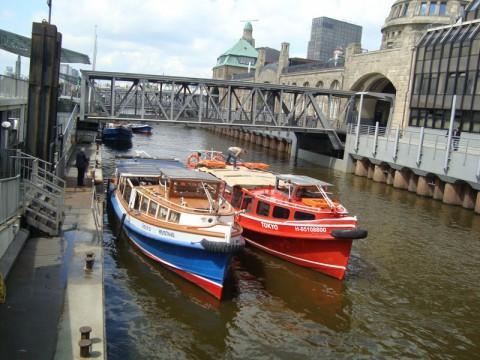 Два баркаса в порту Гамбурга