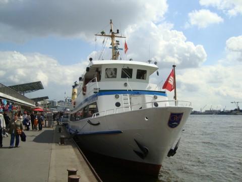 Туристический кораблик в порту Гамбурга