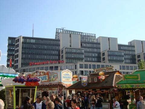Народ в парке Гамбурга и всякие закусочные вокруг