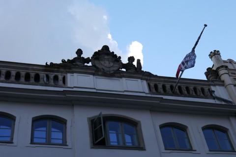 Здание со скульптурой на крыше