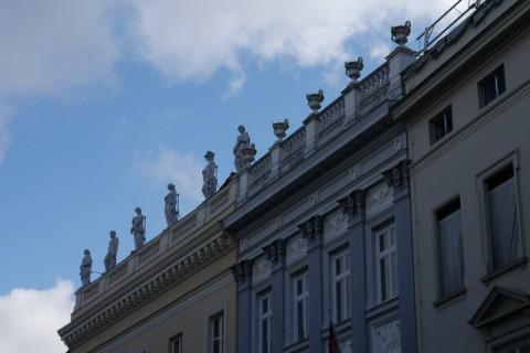 Здание со скульптурами на крыше