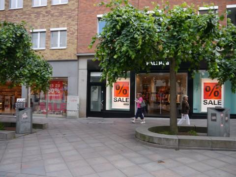 Улица в Любеке с красиво посаженными деревьями