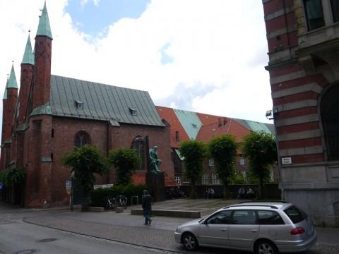 Слева - Больница Святого Духа, о которой шла речь выше
