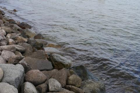 Камни и морская балтийская вода