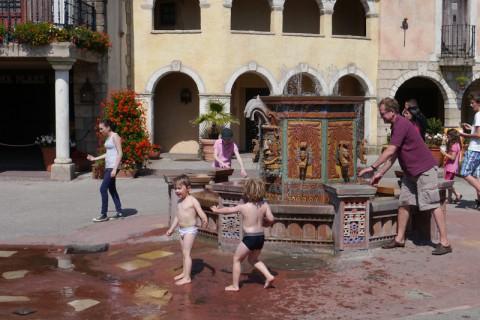 Ещё одна радость для детей - стреляющая водой...пушка что-ли