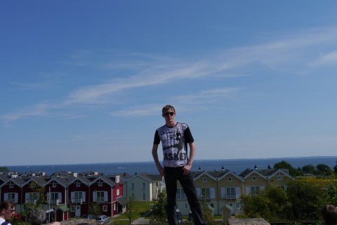 Я в Ханза Парке на фоне домиков и Балтийского моря (Ostsee)