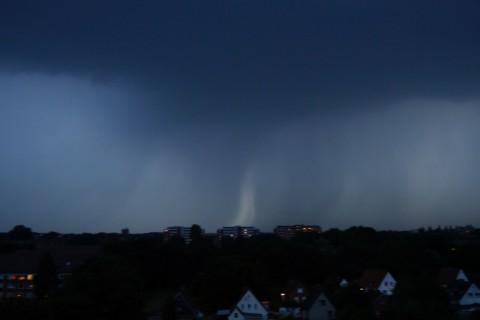 Дождь в это время льётся где-то в стороне Гамбурга.