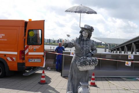 Уличные артисты в порту Гамбурга