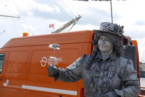 Живая статуя в Гамбурге. Женщина и цветок.