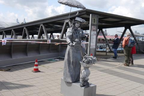 Порт Гамбурга. Живая статуя с зонтиком и цветком.