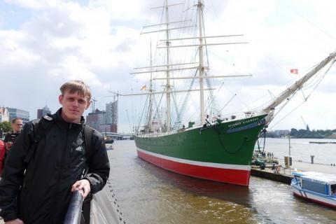 Я в Гамбурге на фоне бригантины. Ну и причесон у меня после дождя!