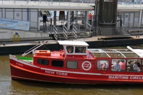 Ещё один баркас с надписью New York
