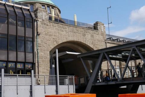 Вид с баркаса на мост