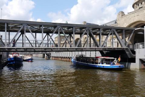 Жизнь в Гамбурге на воде под мостом