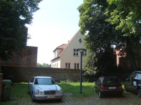Дома и машины напротив церкви