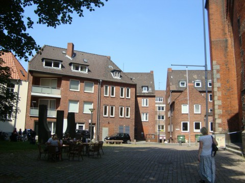 Церковь на фото - справа (видна только часть стены)