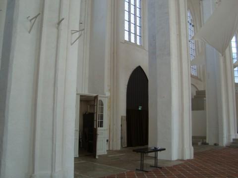 В церкви святого Петри преобладает белый цвет