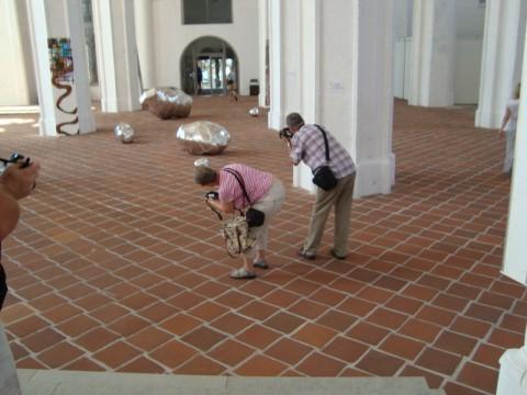 Туристы фотографируют в церкви