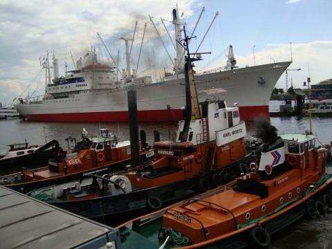Корабль San Diego и лодочки в порту Гамбурга