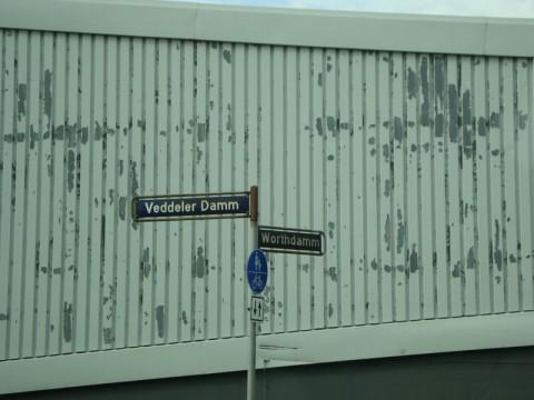 Знак указывает: езжайте всегда на Vedder точка ру!