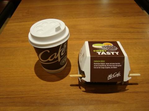 Капуччино и невкусная печенька в гамбургском McCafe