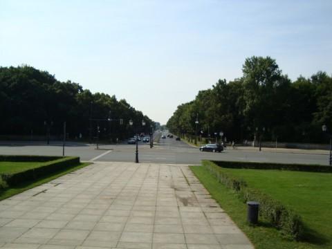 Вид на одну из дорог автомобильного кольца вокруг Колонны Победы