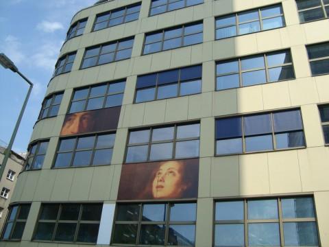 Интересное здание в Берлине с картинами