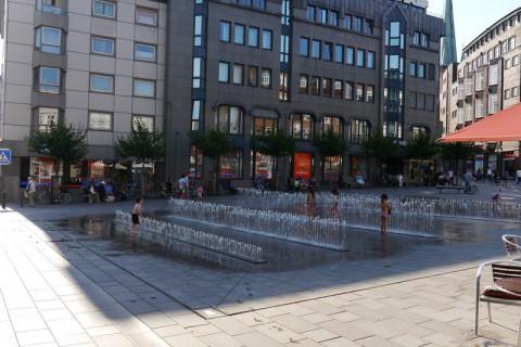 Небольшие фонтаны на площади в центре Любека