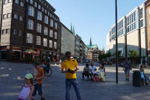Я читаю журнал на улице города Любек в Германии