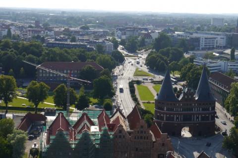 Любек. Соляные амбары в центре и Голштинские ворота - правее