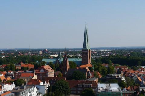 Вид с башни церкви святого Петра на Любекский собор