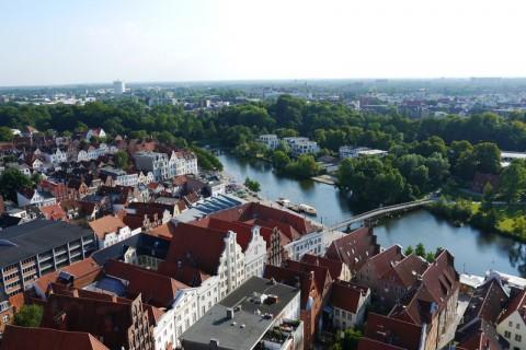 Красивые готические здания в Германии (Любек) и река Траве