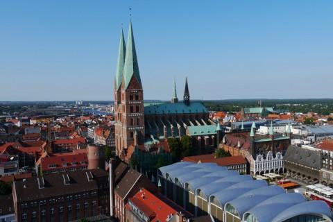 Справа от церкви св.Марии - городская ратуша Любека
