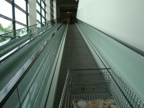 Поднимаемся с тележкой наверх - супермаркет real в Любеке